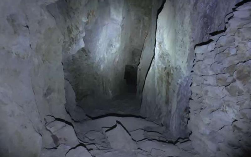 他一人前往廢棄礦坑捕捉鬼影,沒想到12:30處從礦坑深處傳出「放我出去」的聲音讓他嚇到拔腿就跑!