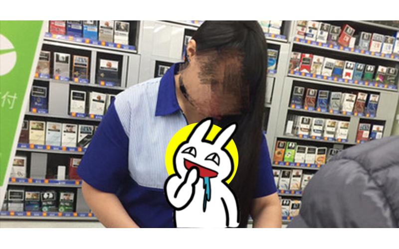 深夜福利?超商買東西發現「胸部炸開拉鍊」超狂店員,網友:「跪求店址」