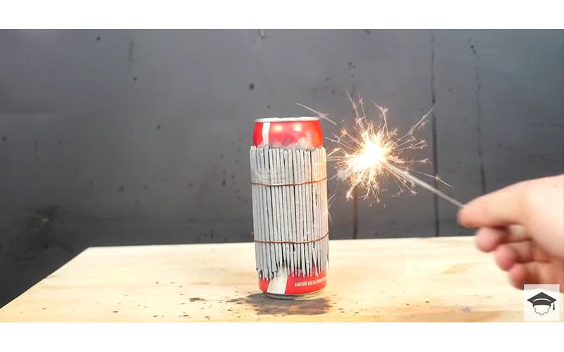他將仙女棒「綑綁」在可樂罐後點火,最後結果超勁爆!(影片)