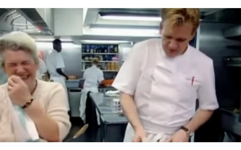 「地獄廚神」戈登與母親進行廚藝對決,當他想開始毒舌時…媽媽指出戈登「菜鳥錯誤」秒殺他。
