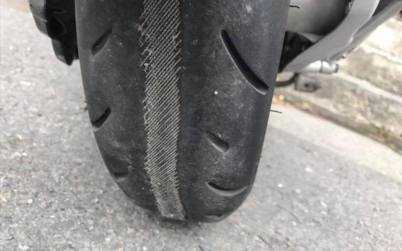 三寶車主PO文發問「輪胎出現奇怪的編織線條」! 網友: 再騎一下你就會看到一座橋,然後晚七天回家