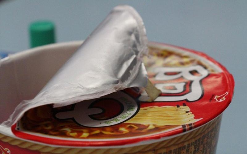 台灣評審讓人驚呆!小四女學生「用紙膠帶黏住泡麵蓋」竟得發明獎金牌!網傻眼:後台很硬?!