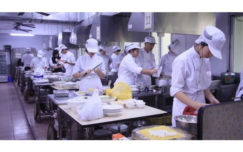 餐飲業為什麼號稱最辛苦?資方潛規則「排空班」 打工族:像薪水被偷走!