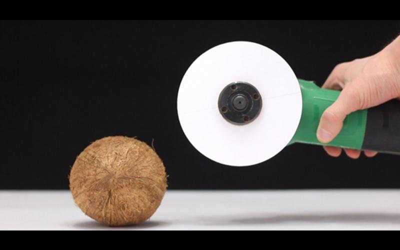 他實驗把「A4紙張做成電鋸」拿來切各種不可能的東西,最後和椰子的決鬥94狂啊!:比刀還恐怖!(影)