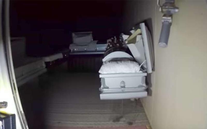 他帶著攝影機闖入「廢棄多年的殯儀館」冒險,結果幾分鐘後他竟然在屍架上翻到超恐怖的「遺物」!(影)