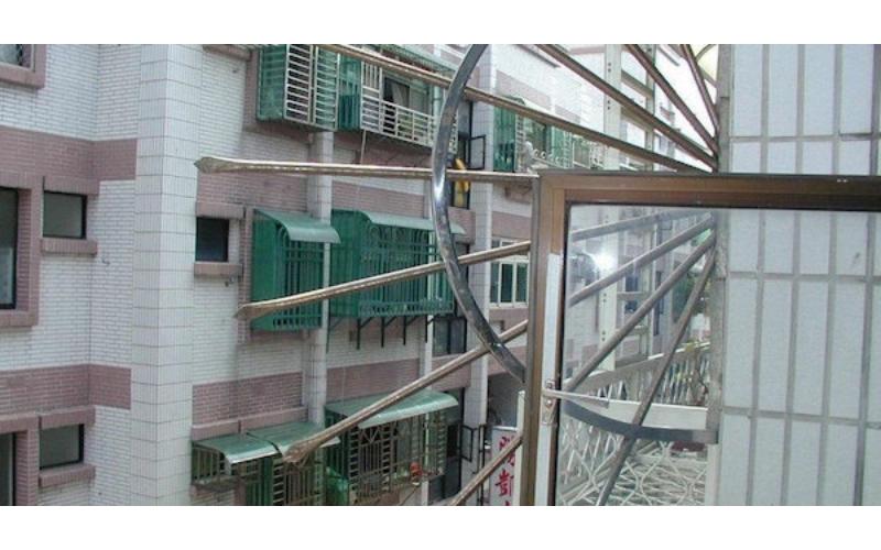 他疑惑家中陽台的「劍形欄杆」幹嘛用?釣出專家解惑!網友:「防客兄!」