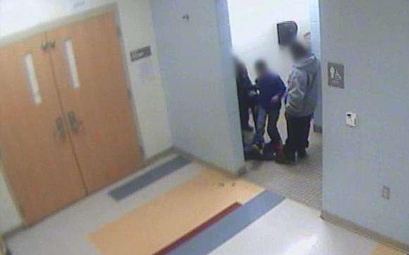 8歲小男孩上吊自殺後「在學校被霸凌的影片終於曝光」,媽媽才看了幾秒就心痛到看不下去...(影)