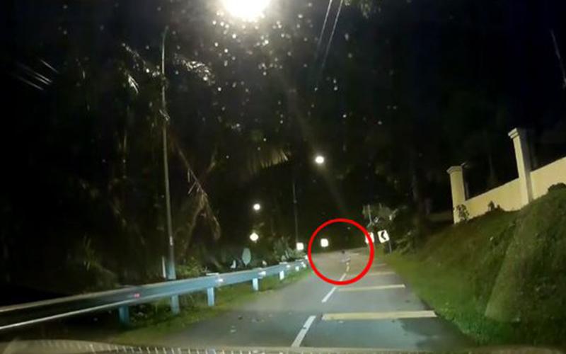 驚悚!他晚上開車竟遇到「鬼影」坐馬路中間超嚇人!當地人出來說話了原來這是...(圖+影)