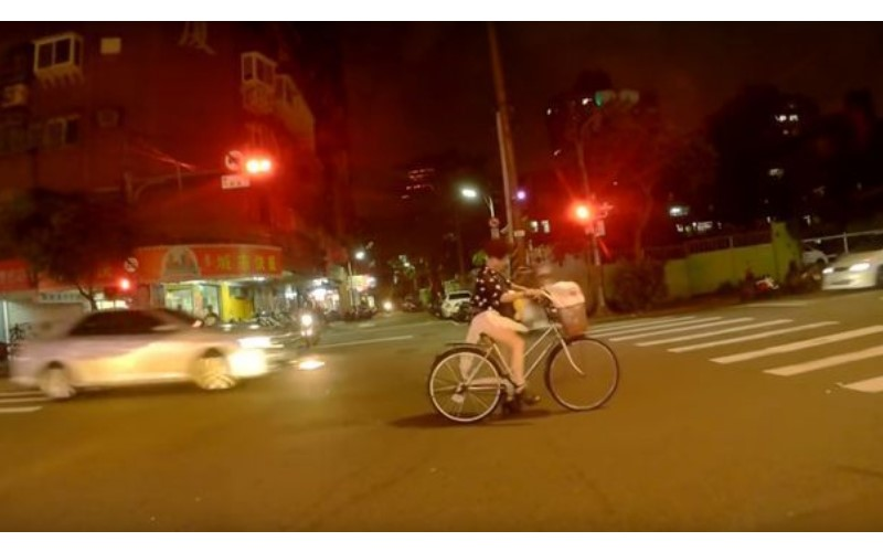妹子半夜騎踏車,薄紗裙被鍊子卡住!「超嫩大腿」全都露:走光啦好危險 (圖+影)