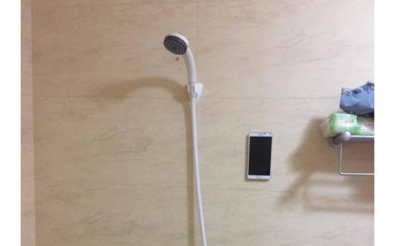笑死!她異想天開「手機黏牆壁」邊洗澡,然後她就悲劇了…