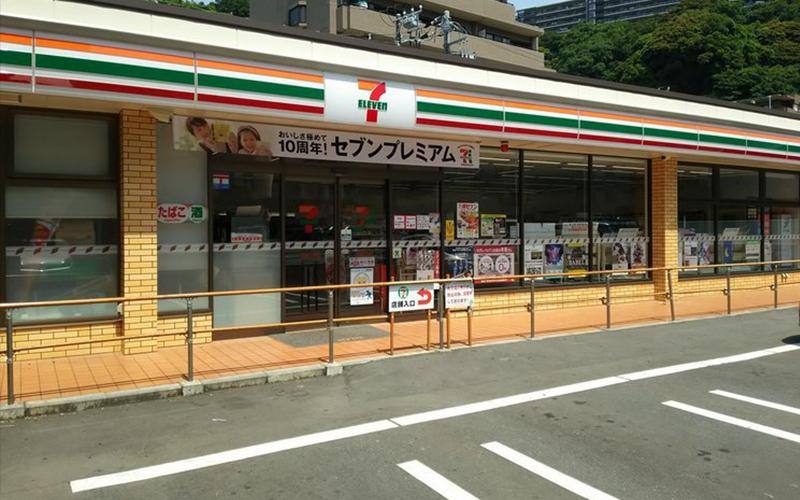 好奇怪!日本這間小7為何「門口要裝一大片圍欄」客人得繞一大圈才能進入?原因好貼心!