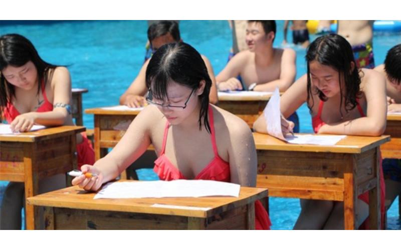 能專心嗎?強國女高生「穿比基尼考試」現場畫面超養眼!網友:男同學要把持住啊!