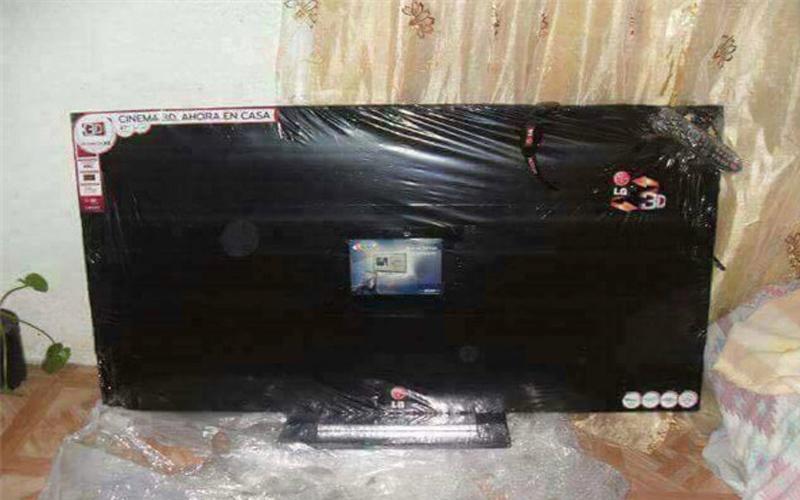 他在網路上買了一台「55寸液晶電視」,到貨後興奮拆開黑色封膜...瞬間崩潰哭暈!