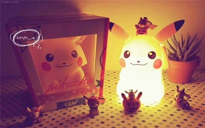 他買了這個超萌的「皮卡丘夜燈」超開心,但就在關燈準備睡覺時發現...十萬伏特真的不是開玩笑!