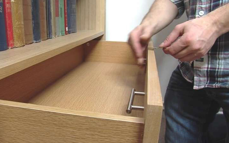 他把抽屜把手拆下來「反裝到抽屜裡面」,背後原因讓網友嘆:怎麼以前沒想到!