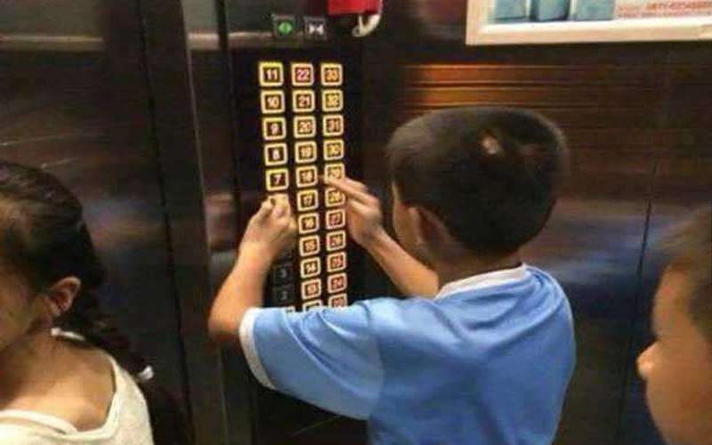 7歲小男孩在電梯裡亂按樓層鍵,媽媽的「懲罰方式」竟讓乘客都笑容滿面的走出電梯!