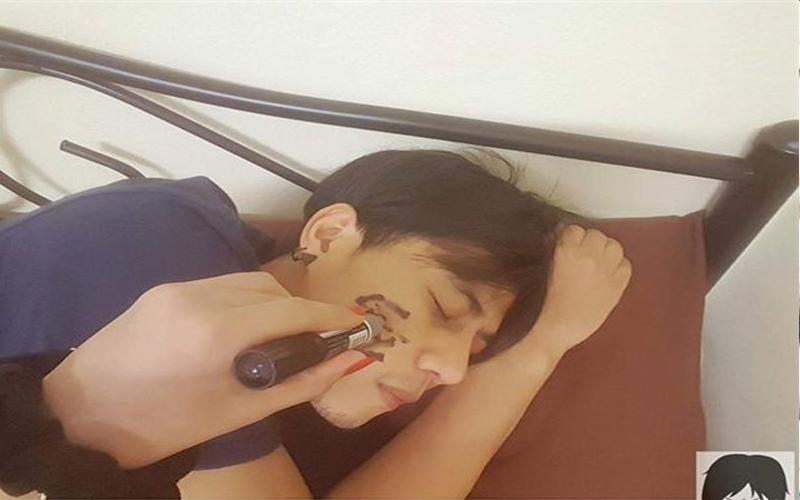 他熟睡時被女友在臉上塗鴉的畫面超甜蜜,但閃照背後的心酸真相讓人一秒噴笑!