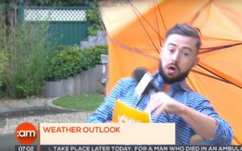 這名記者連線直播報導氣象「雨傘大開花還慘被強風吹走」,銷魂的驚叫聲讓人忍不住一直想重播!