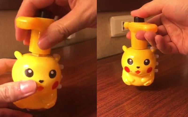 日本網友在台灣夜市看到山寨皮卡丘,插上發條後的魔性畫面讓他驚呼「這不能不買」!(圖+影)