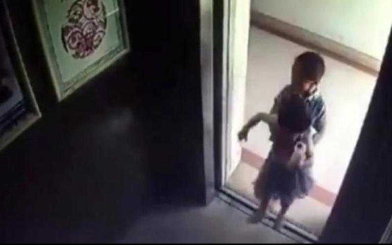 2歲女童「離奇墜落2樓平台死亡」,警方一調閱監視器...發現兇手竟是一位5歲男孩!