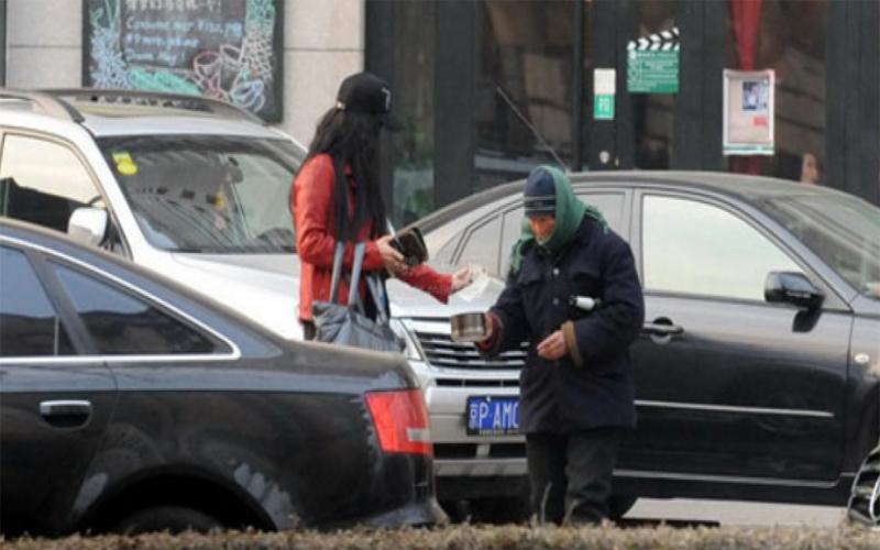 直擊7個大明星「遇到乞丐的反應」!趙薇和范冰冰的態度天差地別:#2果然人美心也美阿!