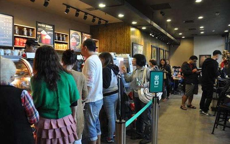 為何「星巴克排隊是橫的、麥當勞是直的」?揭密「店家背後小心機」讓人直呼超有道理!