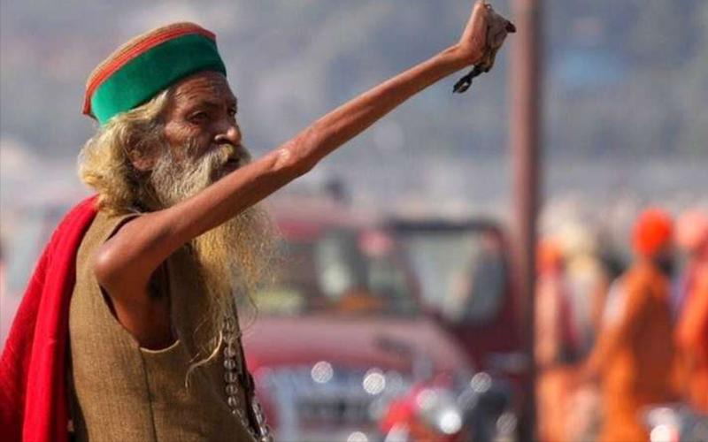 印度苦行僧「高舉右手43年」不曾放下來,靠近拍下的手指照片讓大家怵目驚心!