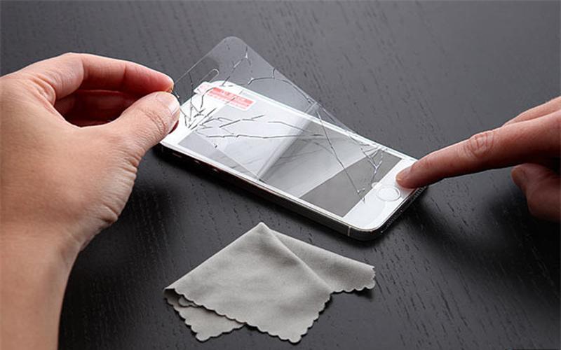 手機貼膜是相當不識貨的表現?蘋果主管痛心:一旦貼膜,心血就白費了。