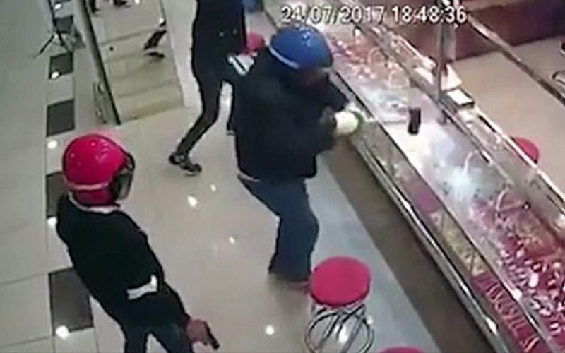 超蠢歹徒闖金飾店搶劫卻成為國際笑話,用鐵鎚狂敲了「63下」手都痠了玻璃卻還沒破!(影)