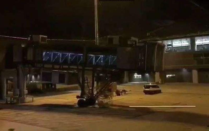 泰國機場驚見沒連接飛機的空橋「竟出現大批遊客飄出」,拍下影片證明讓大家看到超毛!(影)