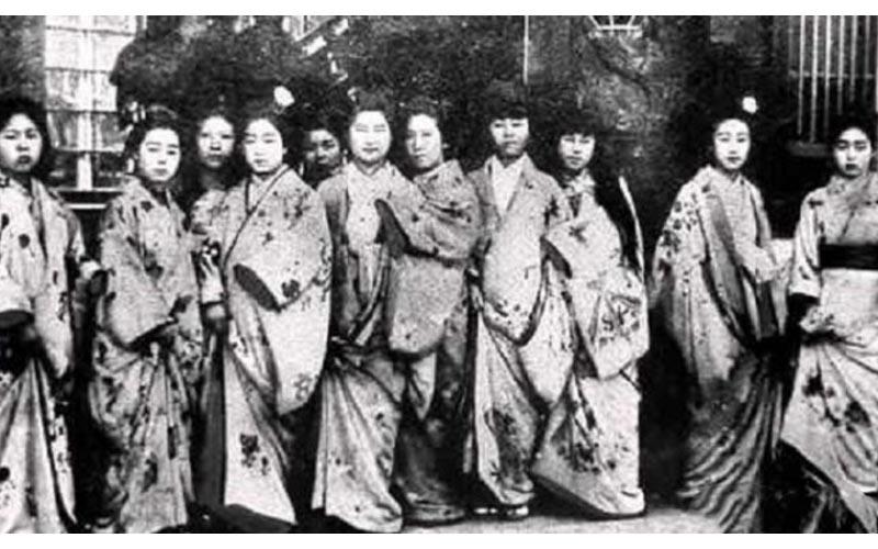 一張120年前日本女孩的集體鬼臉照片,引起網友熱烈討論!