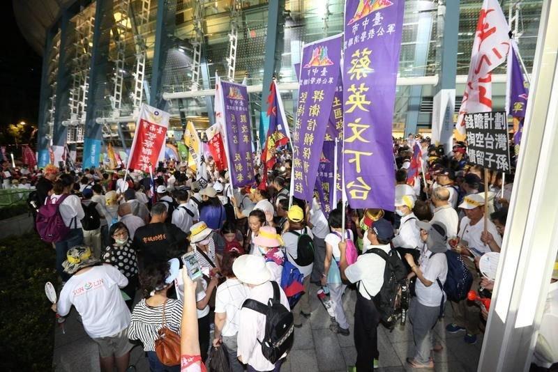 台灣最美風景是人?反年改世大運鬧場,網友批:「 太自私!心中沒有國家,只有錢」