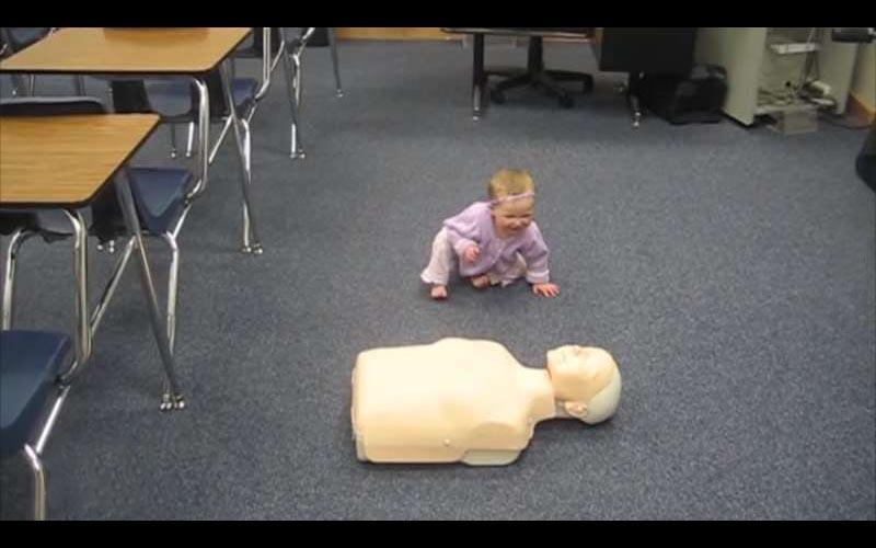 在小嬰兒面前擺一個假人,沒想到她竟然模仿媽媽做出這些專業動作!