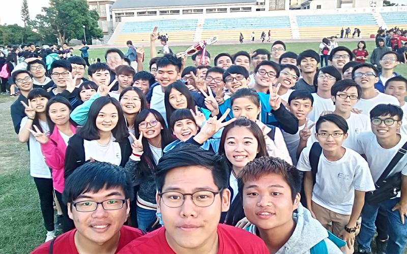 大學生在校慶拍大合照時發現了一張「不存在的人臉」,同學們嚇的差點去收驚!