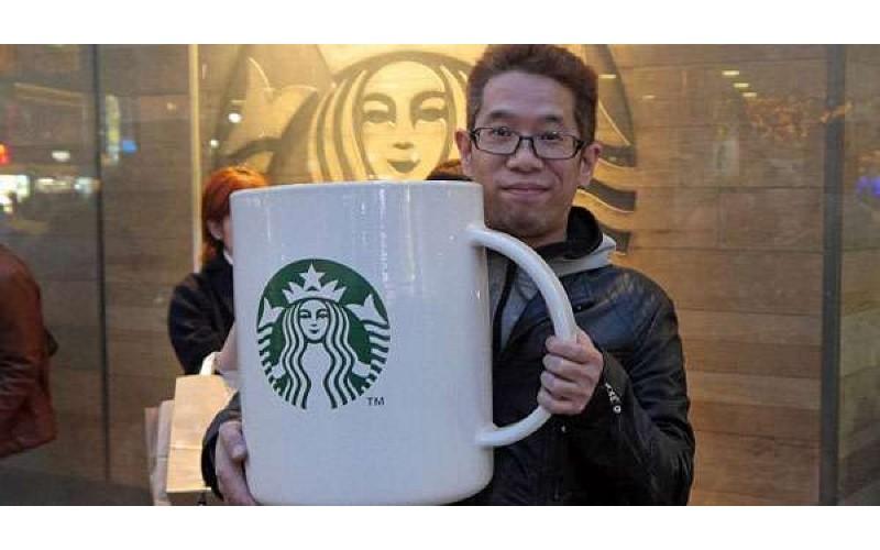 日本網友挑戰用「超巨型馬克杯」到星巴克買咖啡,結果店員居然「這樣回應」他!