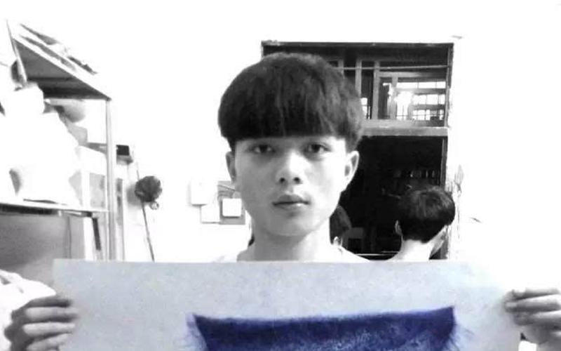 他在上課時用原子筆畫畫被老師狠批「不學無術、對不起父母」,但他的畫作卻讓專家讚不絕口!