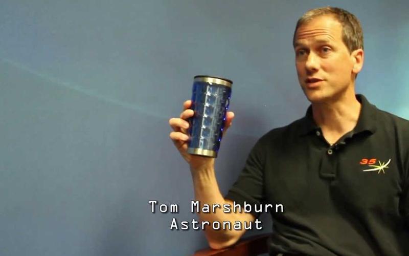 擺脫不了職業病!NASA太空人回到地球「忘記有地心引力」,在鏡頭前做傻事網友全笑翻!(影)