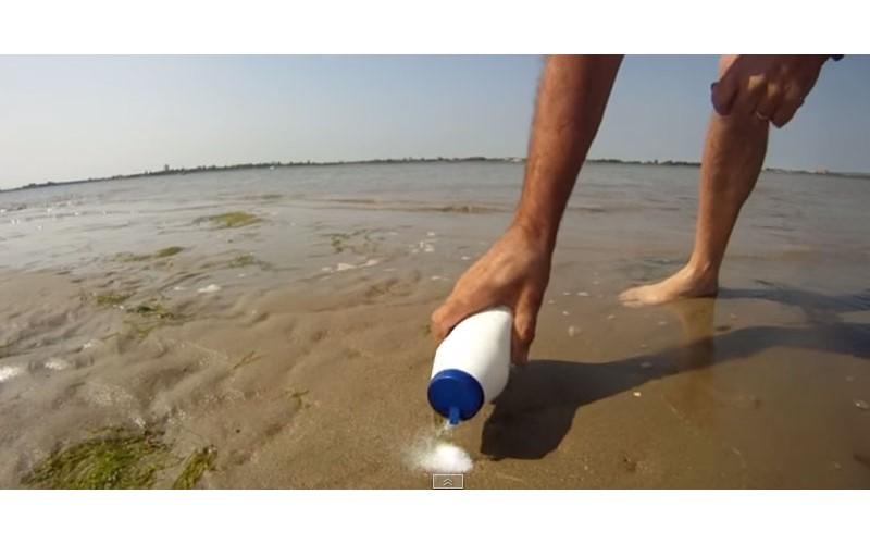 他在沙灘上灑了一點鹽,結果竟然跑出這個好吃的海鮮..?!