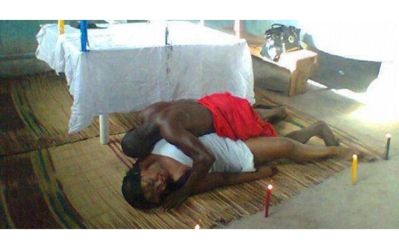 非洲「縮陰邪術」讓外遇男女會瞬間「縮陰鎖死」,兩人「拔不出來」崩潰到醫院求救!