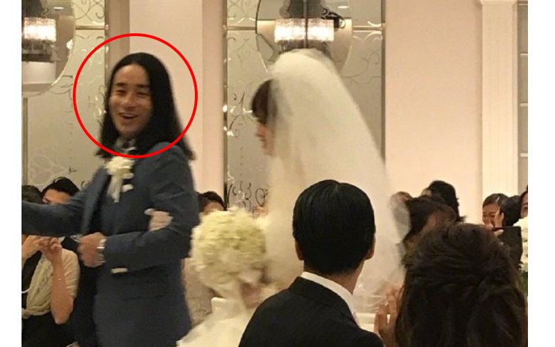 最強婚禮變身…!長髮新郎二次進場沒換衣服卻「剪了頭髮」變超帥...網笑:髮型的重要性