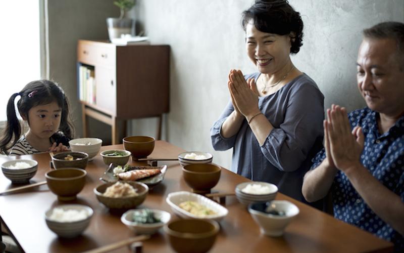 日本人飯前說的那句根本不是「我開動了」?!他們從小教要講這句背後原來有這麼重要的原因!