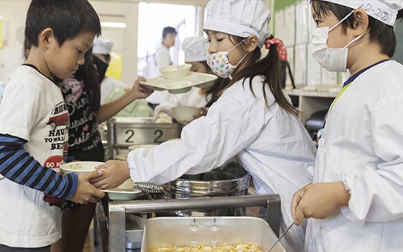 日本小學的「營養午餐教育」給全世界的人上了一課,台網友:他們培育公民,我們培養公主!