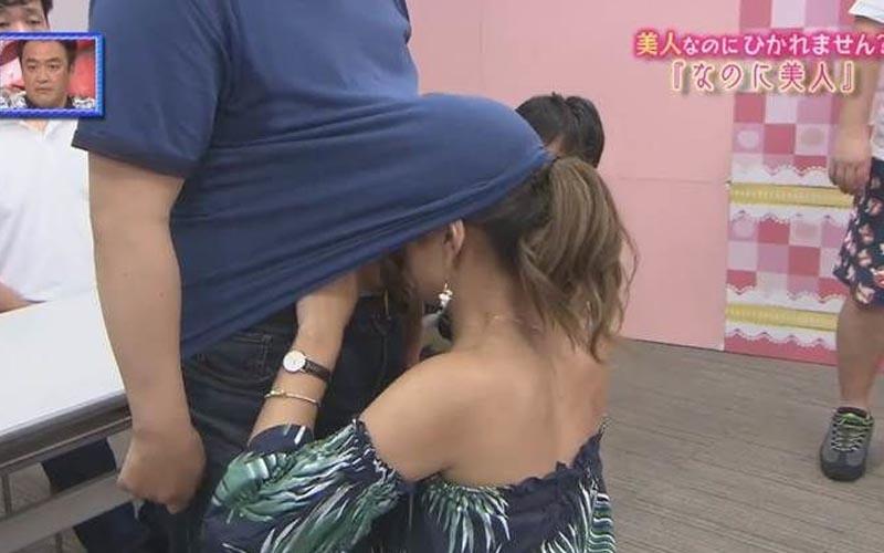日本節目請來「殘念美人」自曝令人崩潰的怪癖,蹲下去鑽進男人衣服卻讓她覺得舒服!