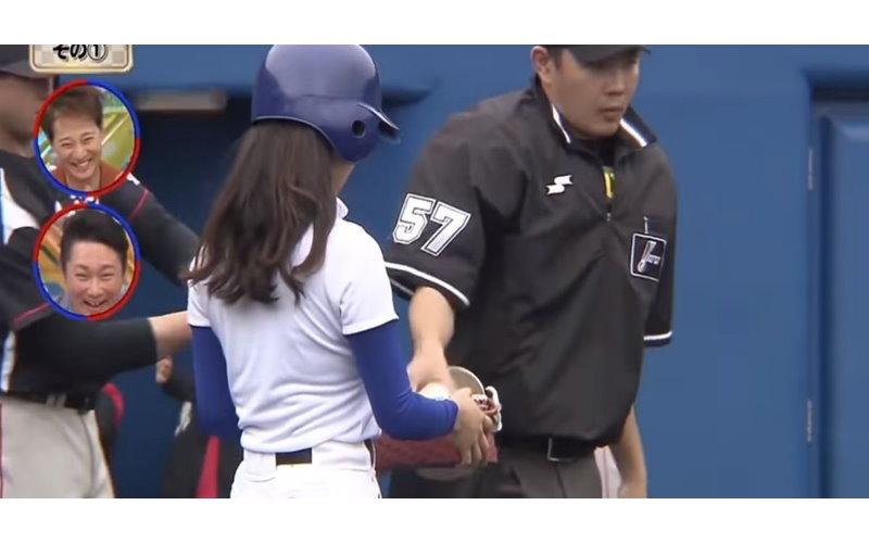 棒球主審不敢直視...女球僮一轉身大家都懂了「胸前超彈的大球」這不看太可惜啦!(圖+影)