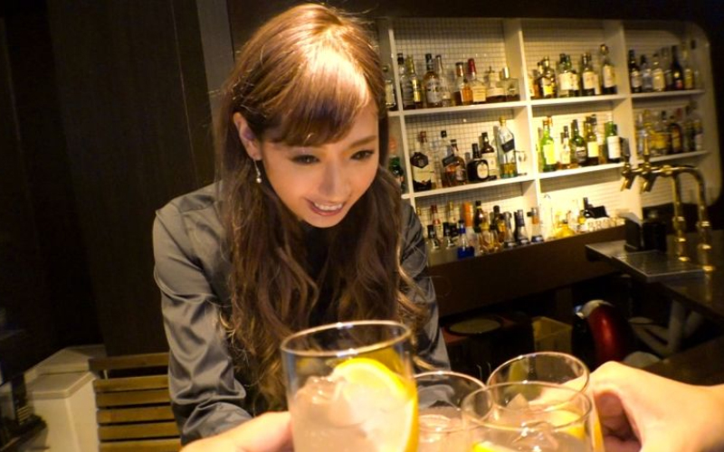 搭訕超正Bartender!直接邀她「店裡面開戰」網友:她比女友還騷(影片)