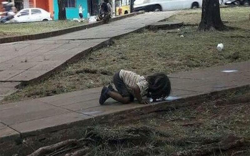 這張小女孩「下跪趴地舔髒水」照片讓人震撼,暖心記者上網募資送貧民區!