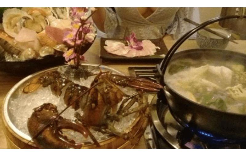 和女友吃海鮮大餐他PO照讚新鮮,「車頭燈」太刺眼網友全歪樓:「有人看到龍蝦嗎?」