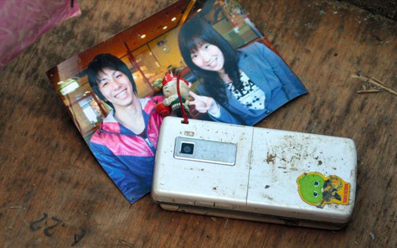 令人感慨的奇蹟!他在海嘯廢墟撿到「情侶合照」,震災攝影展上本尊卻突然現身!原來他們都還在!