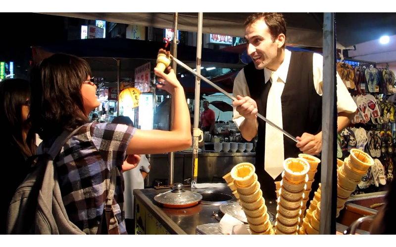 永遠拿不到冰淇淋?土耳其冰「總會被老闆黏走」神祕手法被破解了!