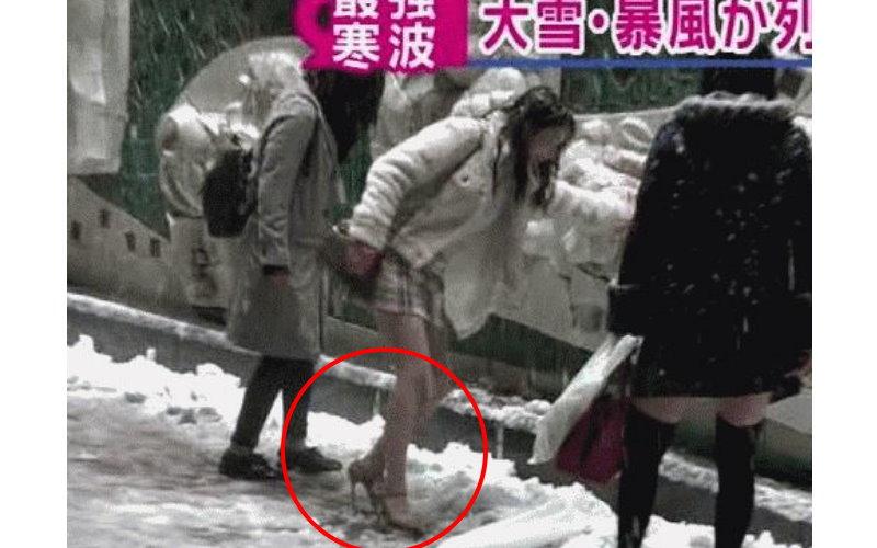 日本東京下大雪… 短裙細高跟鞋妹「碰」的一聲當場慘跌!近看發現顏值…
